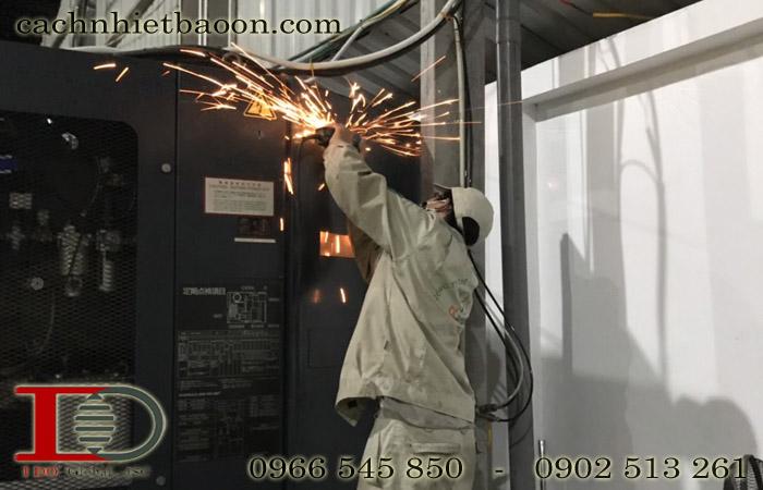 Công nhân lắp đặt điều hòa tủ điện MCA