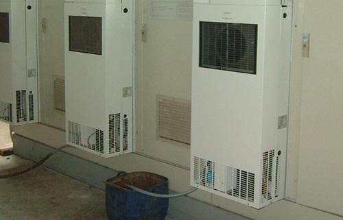 Điều hòa tủ điện có ống dẫn nước ngưng ra ngoài